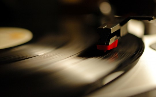 disco-vinilo-sonando_280965804